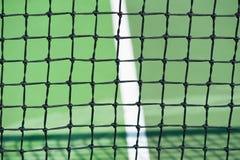 Tennisplätze mit Abschluss oben des Netzes Stockfoto