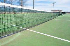 Tennisplätze mit blauem Himmel und Netz Stockbilder