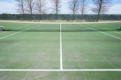 Tennisplätze mit blauem Himmel und Netz Stockbild