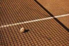 Tennisplatz mit Tennisball lizenzfreie stockbilder