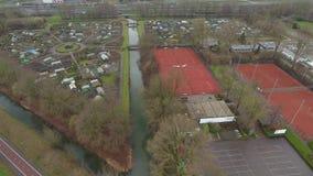 Tennisplatzvogelperspektive, Zwijndrecht, die Niederlande stock footage