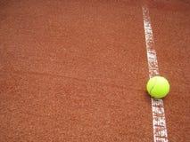Tennisplatzzeile mit Kugel (32) Stockfotografie