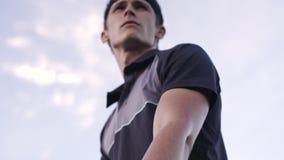 Tennisprofi bereit zum Dienen des Balls stock video footage