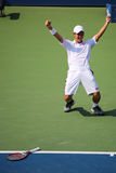Tennisprofi Kei Nishikori feiert Sieg nach Mannhalbfinalspiel des US Open 2014 Lizenzfreie Stockfotografie