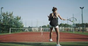 Tennisprofis der Zeitlupe zwei, das Tennis spielend im Freien 4K stock footage