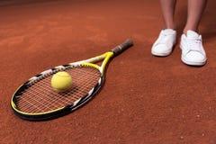Tennisracket en bal die op de oppervlakte van hof liggen stock fotografie