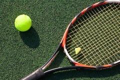 Tennisracket med en boll Arkivbilder