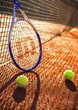 Tennisracket och bollar på en tennisbana Arkivbilder