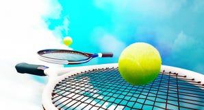 Tennisrackets met ballen op blauwe hemelachtergrond stock illustratie