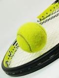Tennisrakete und -ball Stockfotos