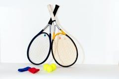 Tennisschläger, Ball lizenzfreie stockbilder