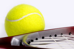 Tennisschläger mit einer Kugel. Stockfoto