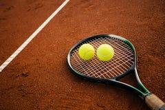 Tennisschläger mit Kugeln Stockfotografie