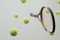 Tennisschläger mit Kugeln. Stockfotografie