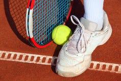 Tennisschläger und -bälle Stockfotografie
