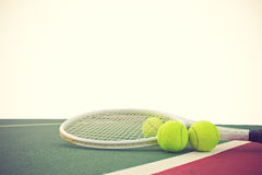 Tennisschläger und -bälle auf weißem Hintergrund Lizenzfreies Stockbild