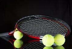 Tennisschläger und drei Bälle Stockfotos