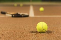 Tennisschläger und -kugel lizenzfreie stockfotografie