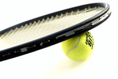 Tennisschläger und -kugel Lizenzfreie Stockfotos