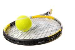 Tennisschläger und -kugel auf Weiß Lizenzfreie Stockbilder