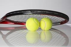 Tennisschläger und zwei Bälle Lizenzfreie Stockbilder