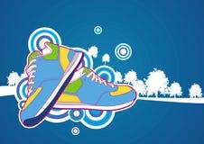 Tennisschoen met blauwe bosachtergrond Stock Afbeeldingen