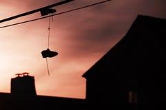 Tennisschoenen die van Draad hangen Royalty-vrije Stock Foto