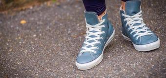 Tennisschoenen die in werkelijk het leven lopen Stock Afbeelding