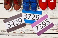 Tennisschoenen en aantallen op hout stock afbeeldingen