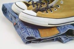 Tennisschoenen en jeans Stock Fotografie