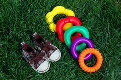 Tennisschoenen en stuk speelgoed Stock Afbeeldingen