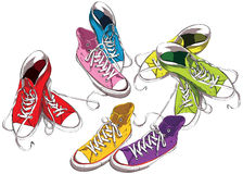 Tennisschoenen in Kleuren worden geplaatst die Stock Afbeelding