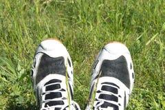 Tennisschoenen op benen Stock Afbeeldingen