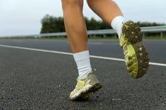 Tennisschoenen op de aanstotende meisjesclose-up. Royalty-vrije Stock Foto's