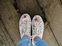 Tennisschoenen op de veerbootraad royalty-vrije stock afbeelding