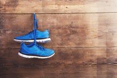 Tennisschoenen op de vloer Stock Foto's