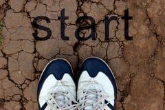 Tennisschoenen op droge gebarsten grond stock afbeeldingen