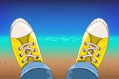 Tennisschoenen op het tropische strand stock illustratie