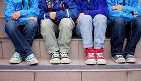 Tennisschoenen op jonge geitjesvoeten Stock Afbeeldingen