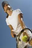Tennisspelare som är klar för en serve Arkivbilder
