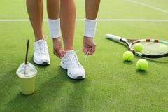 Tennisspelare som binder skor Arkivbilder