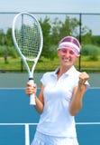Tennisspelare som firar, når att ha segrat en tennismatch Den unga kvinnan spelar tennis Arkivbild