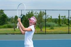 Tennisspelare som firar, når att ha segrat en tennismatch Den unga kvinnan spelar tennis Fotografering för Bildbyråer
