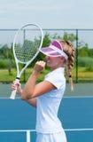 Tennisspelare som firar, når att ha segrat en tennismatch Den unga kvinnan spelar tennis Arkivfoto