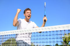 Tennisspelare som firar segern - bifallman Arkivfoto