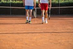 Tennisspelare som går in mot netto Royaltyfri Foto