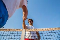 Tennisspelare som rymmer händer Arkivfoton