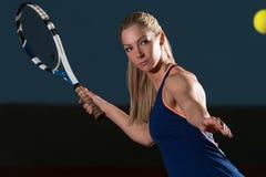 Tennisspelare som slår tennisbollen Arkivfoton