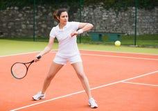 Tennisspelare som spelar en match på domstolen Arkivbilder