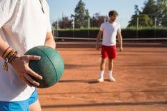 Tennisspelare som värmer upp Arkivfoto